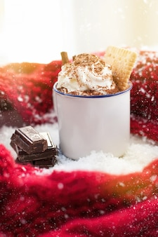 Taza de chocolate con nata por encima