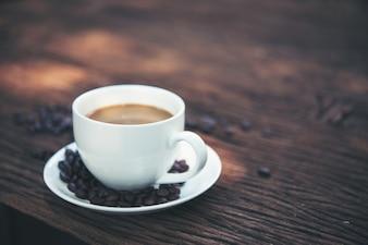 Taza de espresso natural mesa de energía