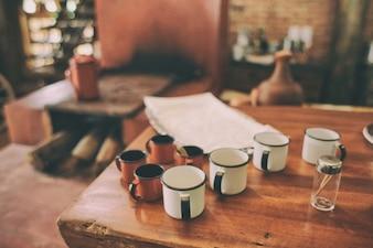 tazas blancas y rojas en la mesa