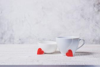 Tazas de café con corazones saliendo de ellas