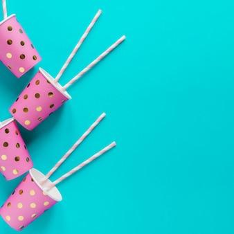 Tazas de papel rosa compuestas