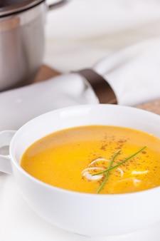 Tazón con sopa vegetariana