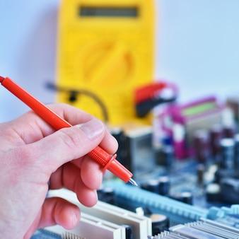 Técnico arreglando la placa base