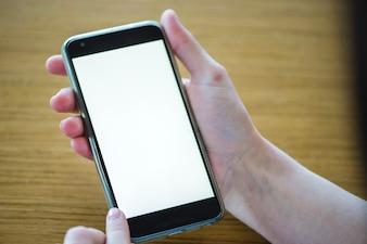 Teléfono móvil sobre fondo de madera