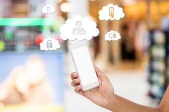 Teléfono móvil y nubes con iconos de aplicaciones
