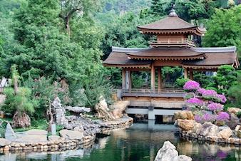 Templo pacifico asiático y estanque