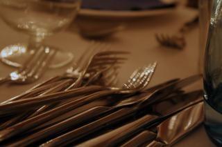 tenedores, cuchillos, etc