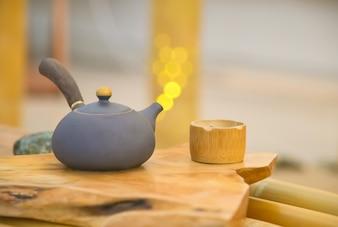 Tetera china y tazas de bambú, estilo retro