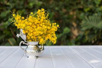 Tetera fantástica con flores amarillas