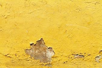 Textura de la antigüedad antigua crujió pared amarilla. De cerca.