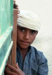 tímido muchacho árabe