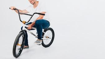 Tipo en bicicleta bmx