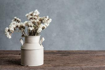 Todavía fotografía de la vida con las flores blancas del ramo