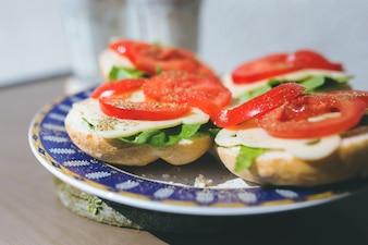 Tomates, queso y lechuga