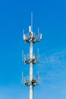 Torre de comunicaciones con un hermoso cielo azul