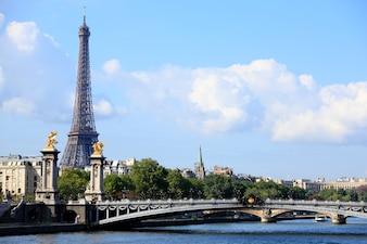 Torre eiffel de parís con el puente