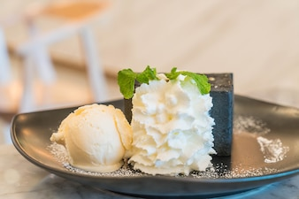 Tostada de carbón con helado