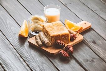 Tostadas, vaso de leche y frutas