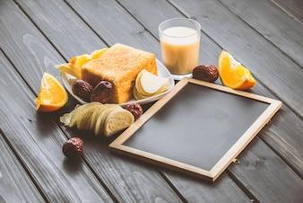 Tostadas y vaso de leche