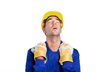 Trabajador cansado en el fondo blanco