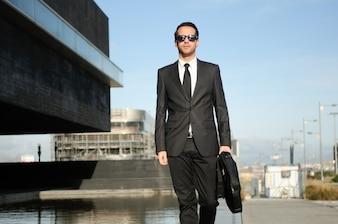 Trabajador con gafas de sol y maletín