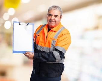 Trabajador con un cartel