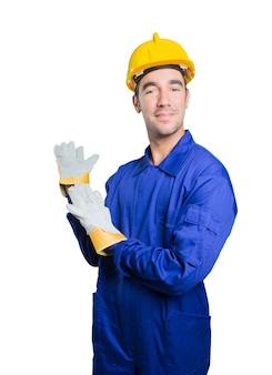 Trabajador confidente de bienvenida sobre fondo blanco