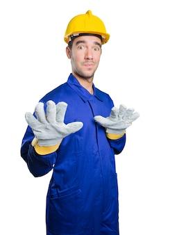 Trabajador confidente en el fondo blanco