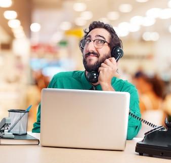 Trabajador hablando por teléfono mientras mira hacia arriba