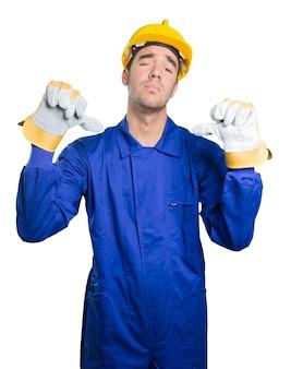 Trabajador preocupado con gesto de fallo en el fondo blanco