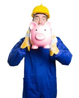 Trabajador preocupado por su economía sobre fondo blanco