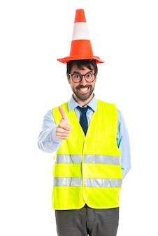 Trabajador, pulgar, arriba, tráfico, cono, como, sombrero