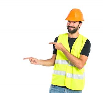 Trabajador, señalar, latertal, encima, blanco, fondo