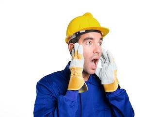 Trabajador sorprendido sobre fondo blanco