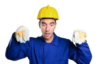 Trabajador sosteniendo un cartel imaginario sobre fondo blanco
