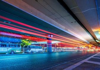 Tráfico urbano con paisaje urbano