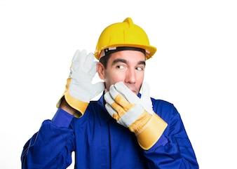 Travieso trabajador tratando de escuchar sobre fondo blanco