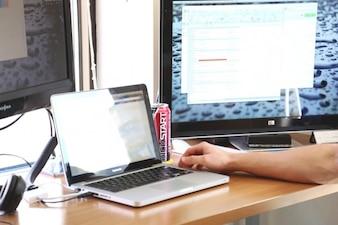 Tres computadoras, una de escritorio