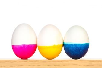 Tres huevos de pascua con diferentes colores