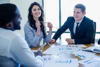 Tres personas de negocios en una reunión