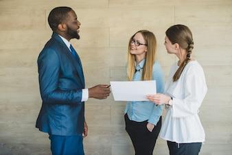 Tres personas de negocios hablando