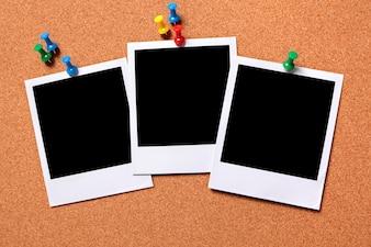 Tres polarois en un tablón de noticias de corcho