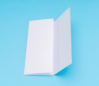 Trifold papel de plantilla blanco sobre fondo azul.