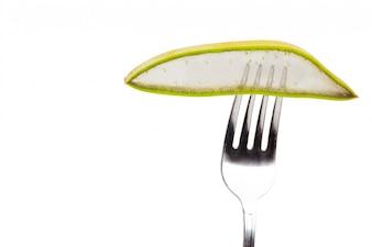 Trozo de hoja de áloe vera con un tenedor