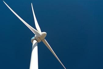 Turbina de viento contra el cielo azul profundo