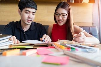 Un adolescente y un niño haciendo su tarea juntos