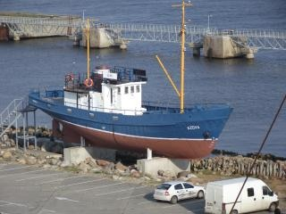 Un viejo barco de pesca en el stand