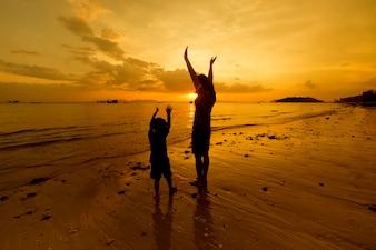 Una madre e hijo en al aire libre al atardecer con espacio de copia
