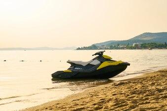 Una moto acuática