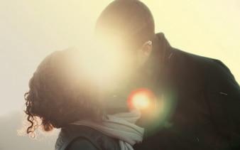 Una pareja besándose